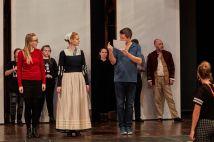Gitti Rüsing und Sibylle Mantau bekommen von Regisseur Marc Bollmeyer ihre Moves erklärt. Hinten rechts yours truly.