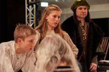 Nik Semerik und Nele Fehling, die die Hauptrollen als Jugendliche verkörpern, mit Christoph.